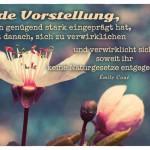 Mandelblüte mit dem Émile Coué Zitat: Jede Vorstellung, die sich genügend stark eingeprägt hat, strebt danach, sich zu verwirklichen und verwirklicht sich, soweit ihr keine Naturgesetze entgegenstehen. Émile Coué