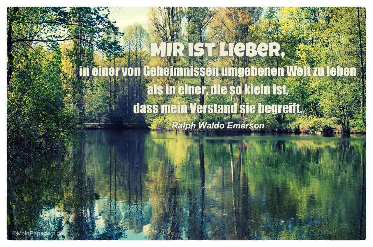 Waldsee mit dem Ralph Waldo Emerson Zitat: Mir ist lieber, in einer von Geheimnissen umgebenen Welt zu leben als in einer, die so klein ist, dass mein Verstand sie begreift. Ralph Waldo Emerson