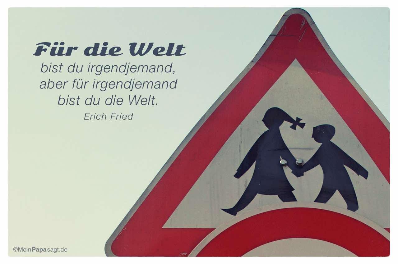 Strassenschild / Verkehrszeichen mit dem Erich Fried Zitat: Für die Welt bist du irgendjemand, aber für irgendjemand bist du die Welt. Erich Fried