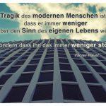 Berliner Hochhaus mit dem Václav Havel Zitat: Die Tragik des modernen Menschen ist nicht, dass er immer weniger über den Sinn des eigenen Lebens weiß, sondern dass ihn das immer weniger stört. Václav Havel