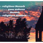 Kirchturm mit dem Jiddu Krishnamurti Zitat: Ein religiöser Mensch ist etwas ganz anderes als ein Mensch, der einen religiösen Glauben hat. Jiddu Krishnamurti