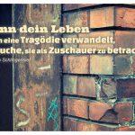 Altes Backsteingebäude mit dem Christoph Schlingensief Zitat: Wenn dein Leben sich in eine Tragödie verwandelt, versuche, sie als Zuschauer zu betrachten. Christoph Schlingensief