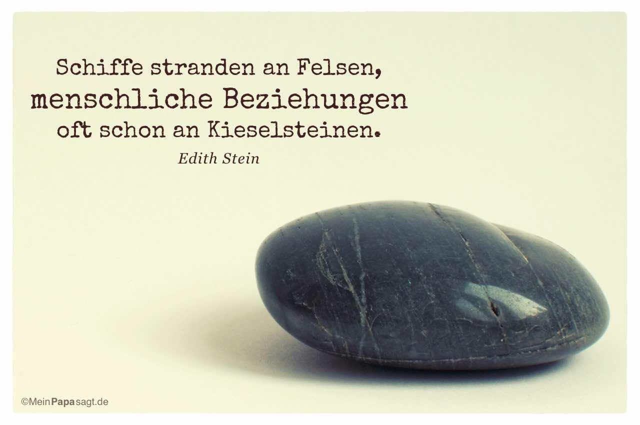 Stein mit dem Edith Stein Zitat: Schiffe stranden an Felsen, menschliche Beziehungen oft schon an Kieselsteinen. Edith Stein