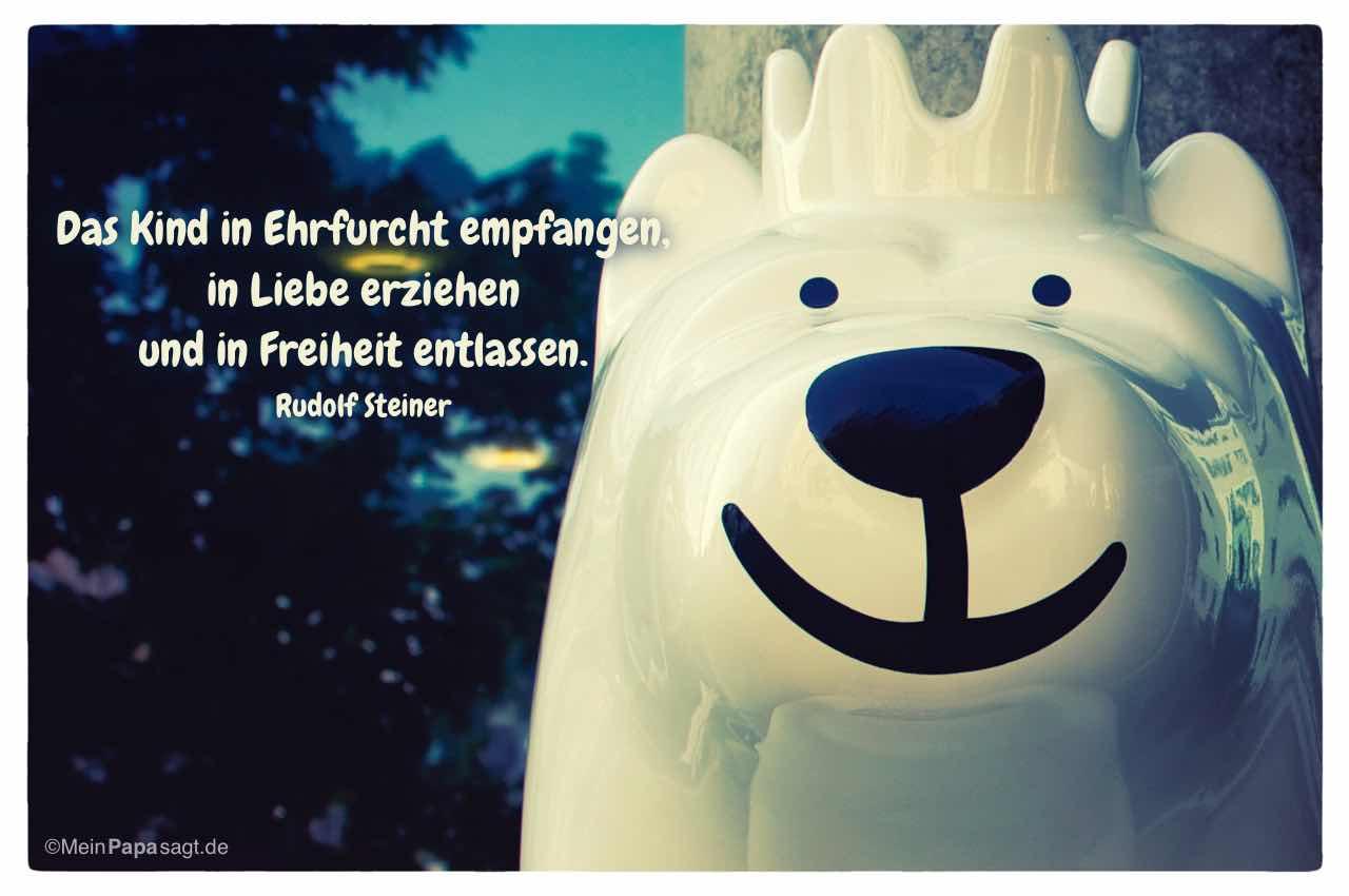 Berlin Buddy Bär mit dem Steiner Zitat: Das Kind in Ehrfurcht empfangen, in Liebe erziehen und in Freiheit entlassen. Rudolf Steiner
