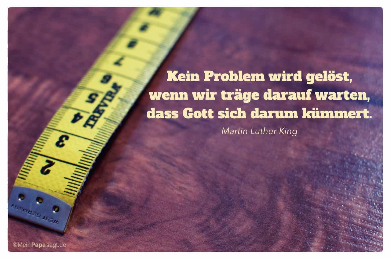 Maßband mit dem King Zitat: Kein Problem wird gelöst, wenn wir träge darauf warten, dass Gott sich darum kümmert. Martin Luther King