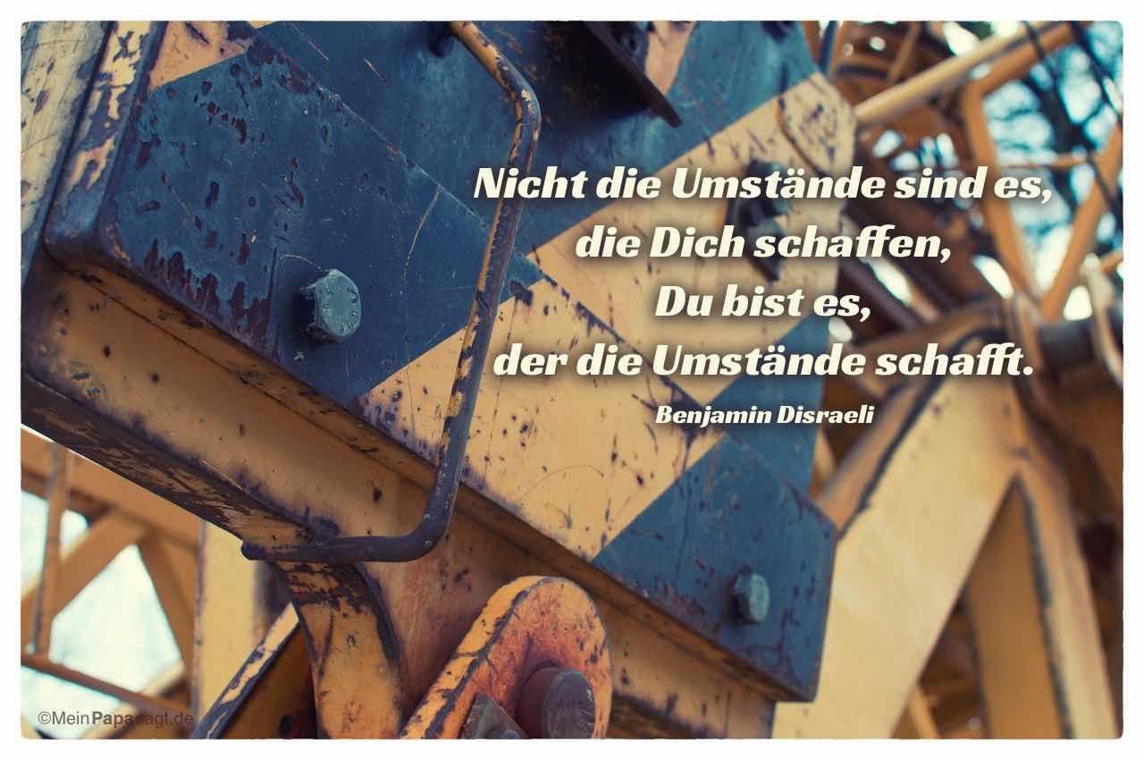 Baukran mit dem Disraeli Zitat: Nicht die Umstände sind es, die Dich schaffen, Du bist es, der die Umstände schafft. Benjamin Disraeli