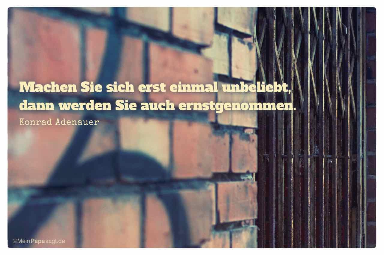 Altes Backsteingebäude mit Gittertür und dem Adenauer Zitat: Machen Sie sich erst einmal unbeliebt, dann werden Sie auch ernstgenommen. Konrad Adenauer