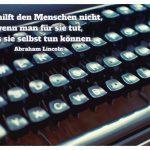 Alte Schreibmaschine mit dem Lincoln Zitat: Man hilft den Menschen nicht, wenn man für sie tut, was sie selbst tun können. Abraham Lincoln