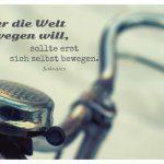 Altes Fahrrad mit dem Sokrates Zitat: Wer die Welt bewegen will, sollte erst sich selbst bewegen. Sokrates