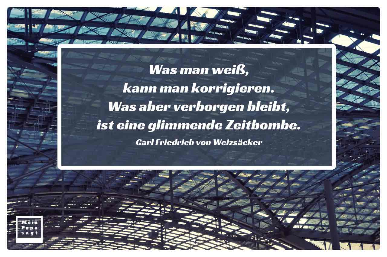 Dach Berliner Hauptbahnhof mit dem Weizsäcker Zitat: Was man weiß, kann man korrigieren. Was aber verborgen bleibt, ist eine glimmende Zeitbombe. Carl Friedrich von Weizsäcker