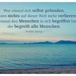 Strand in Thailand mit dem Zweig Zitat: Wer einmal sich selbst gefunden, der kann nichts auf dieser Welt mehr verlieren. Wer einmal den Menschen in sich begriffen hat, der begreift alle Menschen. Stefan Zweig