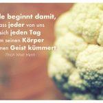 Blumenkohl mit dem Thich Nhat Hanh Zitat: Friede beginnt damit, dass jeder von uns sich jeden Tag um seinen Körper und seinen Geist kümmert. Thich Nhat Hanh