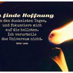 Brennende Kerze mit spiegelnder Flamme und dem Dalai Lama Zitat: Ich finde Hoffnung in den dunkelsten Tagen, und fokussiere mich auf die hellsten. Ich verurteile das Universum nicht. Dalai Lama