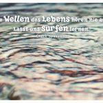 welliges Wasser eines Springbrunnens mit dem Spezzano Zitat: Die Wellen des Lebens hören nie auf. Lasst uns surfen lernen. Chuck Spezzano