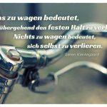 Altes Fahrrad mit dem Kierkegaard Zitat: Etwas zu wagen bedeutet, vorübergehend den festen Halt zu verlieren. Nichts zu wagen bedeutet, sich selbst zu verlieren. Søren Kierkegaard