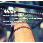 altes Fahrrad mit rostigem Schutzblech und dem Ebner-Eschenbach Zitat: Müde macht uns die Arbeit, die wir liegenlassen, nicht die, die wir tun. Marie von Ebner-Eschenbach