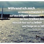 Havel mit Segelboot und dem Thoreau Zitat: Während ich mich an einem schwülen Tag auf den trägen Wassern des Sees treiben lasse, höre ich fast auf zu leben und fange an zu sein. Henry David Thoreau