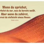 getrocknetes Palmenblatt mit dem Dalai Lama Zitat: Wenn du sprichst, wiederholst du nur, was du bereits weißt. Aber wenn du zuhörst, lernst du vielleicht etwas Neues. Dalai Lama