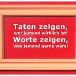 Alt-Berliner Haustür mit dem Spruch: Taten zeigen, wer jemand wirklich ist! Worte zeigen, was jemand gerne wäre!