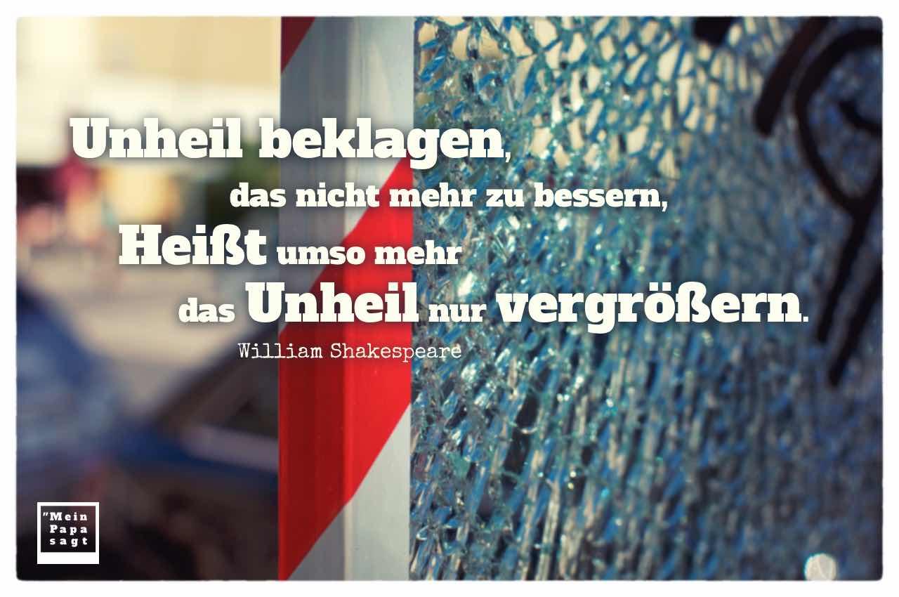 Gesplitterte Scheibe einer Telefonzelle mit dem Shakespeare Zitat: Unheil beklagen, das nicht mehr zu bessern, Heißt umso mehr das Unheil nur vergrößern. William Shakespeare