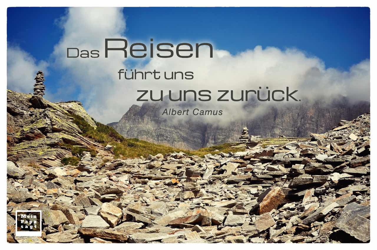 Alpenlandschaft mit dem Camus Zitat: Das Reisen führt uns zu uns zurück. Albert Camus