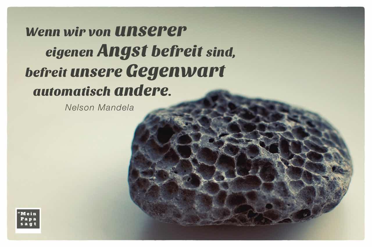 Stein mit dem Mandela Zitat: Wenn wir von unserer eigenen Angst befreit sind, befreit unsere Gegenwart automatisch andere. Nelson Mandela