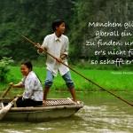 2 Bootsmenschen in der südlichen Halong Bay in Vietnam mit dem Fontane Zitat: Manchem glückt es, überall ein Idyll zu finden: und wenn er's nicht findet, so schafft er's sich. Theodor Fontane