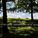 Britzer Garten, Anhöhe mit Bäumen und Horizont mit dem Watzlawick Zitat: Ich bin frei, denn ich bin einer Wirklichkeit nicht ausgeliefert, ich kann sie gestalten. Paul Watzlawick