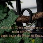Verschlungenes Efeu am Alt- Berliner Zaun mit dem Spruch: Man muss das Glück unterwegs suchen, nicht am Ziel, denn da ist die Reise zu Ende.