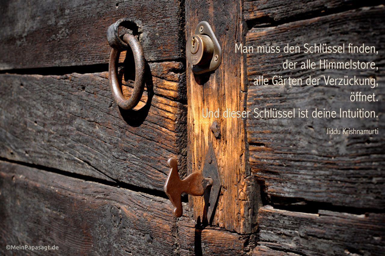 Alte massive Holz-Tür mit altem Schloss und dem Krishnamurti Zitat: Man muss den Schlüssel finden, der alle Himmelstore, alle Gärten der Verzückung, öffnet. Und dieser Schlüssel ist deine Intuition. Jiddu Krishnamurti