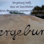 Stein des Global Stone Projektes mit dem Schriftzug Vergebung mit dem Spruch: Vergebung heißt, dass wir beschließen, kein anderes Wesen aus unserem Herzen zu streichen, wie sehr wir auch gelitten haben mögen