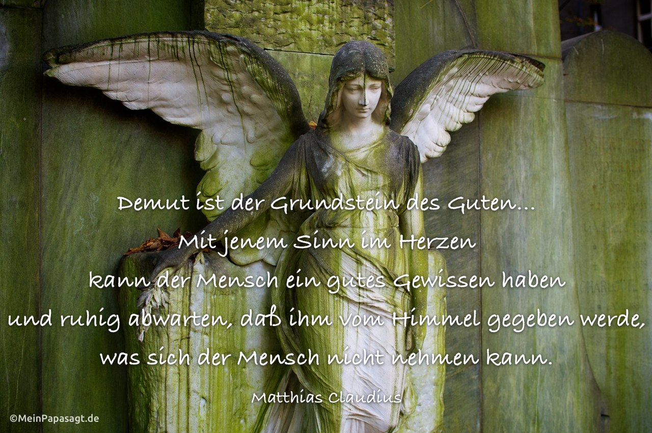 Engel an einem Grabstein und dem Claudius Zitat: Demut ist der Grundstein des Guten… Mit jenem Sinn im Herzen kann der Mensch ein gutes Gewissen haben und ruhig abwarten, daß ihm vom Himmel gegeben werde, was sich der Mensch nicht nehmen kann. Matthias Claudius