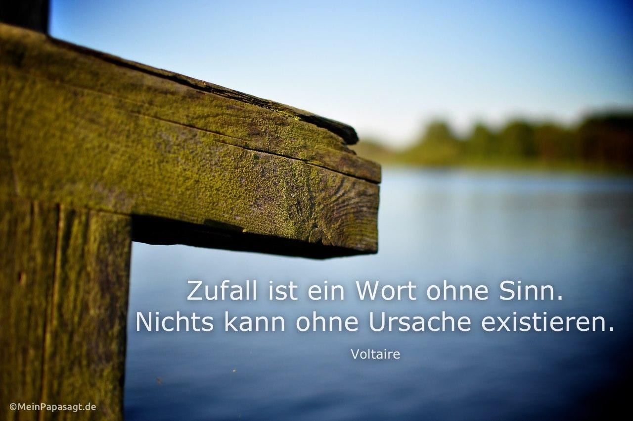 Holzsteg an der Havel mit dem Voltaire Zitat: Zufall ist ein Wort ohne Sinn. Nichts kann ohne Ursache existieren. Voltaire