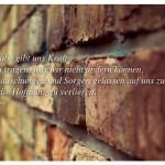 Alte Steinmauer mit dem Martin Luther King Zitat: Der Glaube gibt uns Kraft, tapfer zu tragen, was wir nicht ändern können, und Enttäuschungen und Sorgen gelassen auf uns zu nehmen, ohne je die Hoffnung zu verlieren. Martin Luther King