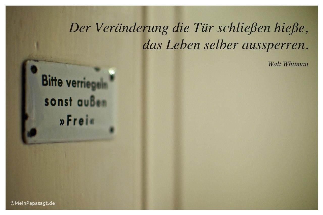 """Schild mit Aufschrift """"Bitte verriegeln sonst außen Frei"""" an einer Klotür und dem Whitman Zitat: Der Veränderung die Tür schließen hieße, das Leben selber aussperren. Walt Whitman"""