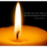 Nahaufnahme einer Kerze mit dem Hepburn Zitat: Je älter man wird, desto mehr ähnelt die Geburtstagstorte einem Fackelzug. Katharine Hepburn