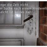 Alte Kellertür mit dem Zitat: Verbringe die Zeit nicht mit der Suche nach einem Hindernis - vielleicht ist keines da. Franz Kafka