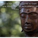 Buddha Statue mit dem Zitat: Das Leben ist kein Problem, das es zu lösen, sondern eine Wirklichkeit, die es zu erfahren gilt. Buddha
