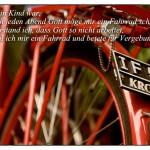Altes Fahrrad mit dem Zitat: Als ich ein Kind war, betete ich jeden Abend Gott möge mir ein Fahrrad schenken. Dann verstand ich, dass Gott so nicht arbeitet, also stahl ich mir ein Fahrrad und betete für Vergebung. Emo Philips