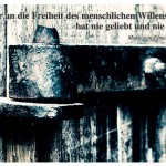 Altes Scheunentor mit dem Zitat: Wer an die Freiheit des menschlichen Willens glaubt, hat nie geliebt und nie gehasst. Marie von Ebner-Eschenbach