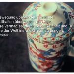 Asiatische Teetasse mit dem Sprichwort: Durch Bewegung überwindet man Kälte. Durch Stillhalten überwindet man Hitze. Der Weise vermag es, durch seine Reinheit und Ruhe alle Dinge der Welt ins Gleichmaß zu bringen. Asiatische Weisheit