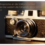 Alter Miniatur Fotoapparat mit dem Manès Sperber Zitat: Unsere Ansprüche an die Vollkommenheit übertreffen bei weitem die Fähigkeit, sie zu erringen. Manès Sperber