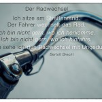 Alter Fahrradlenker mit dem Bertolt Brecht Zitat: Der Radwechsel Ich sitze am Straßenrand. Der Fahrer wechselt das Rad. Ich bin nicht gern, wo ich herkomme. Ich bin nicht gern, wo ich hinfahre. Warum sehe ich den Radwechsel mit Ungeduld? Bertolt Brecht