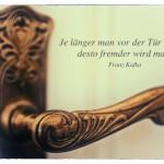 Alter Türgriff mit dem Franz Kafka Zitat: Je länger man vor der Tür zögert, desto fremder wird man. Franz Kafka
