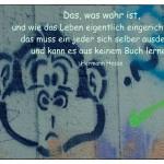 Graffiti mit Affenkopf und Fragezeichen und dem Hermann Hesse Zitat: Das, was wahr ist, und wie das Leben eigentlich eingerichtet ist, das muss ein jeder sich selber ausdenken und kann es aus keinem Buch lernen. Hermann Hesse