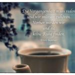Alte Kaffeekanne mit dem Erich Kästner Zitat: Die Vergangenheit muss reden und wir müssen zuhören. Vorher werden wir und sie keine Ruhe finden. Erich Kästner