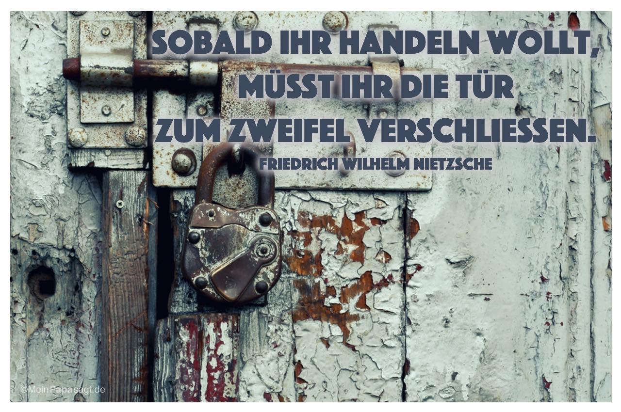 Alte Scheunentür mit dem Friedrich Wilhelm Nietzsche Zitat: Sobald ihr handeln wollt, müsst ihr die Tür zum Zweifel verschliessen. Friedrich Wilhelm Nietzsche