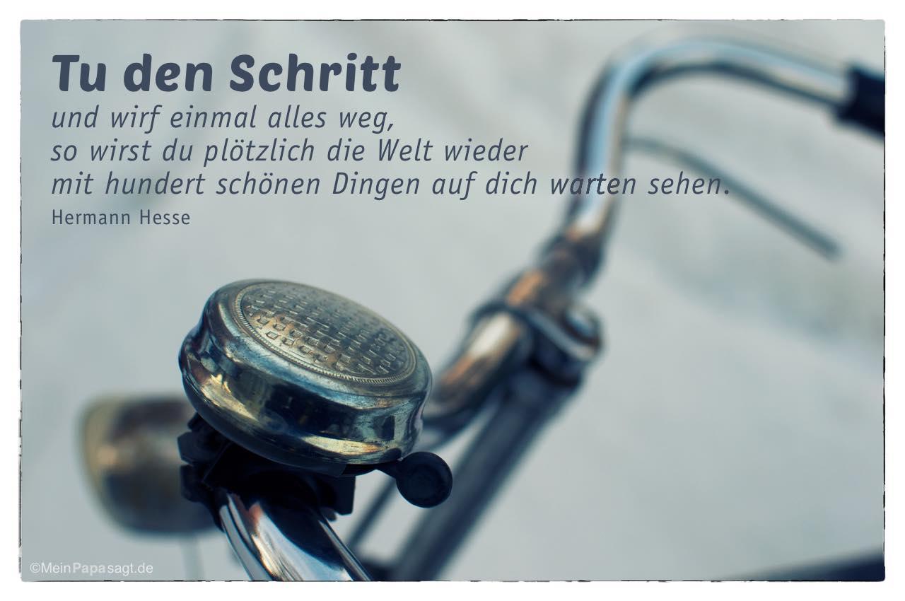 Altes Fahrrad mit dem Hermann Hesse Zitat: Tu den Schritt und wirf einmal alles weg, so wirst du plötzlich die Welt wieder mit hundert schönen Dingen auf dich warten sehen. Hermann Hesse