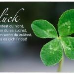 Vierblättriges Kleeblatt mit dem Spruch: Glück findest du nicht, wenn du es suchst, sondern wenn du zulässt, dass es dich findet!