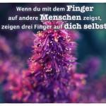 Blüte mit dem Spruch: Wenn du mit dem Finger auf andere Menschen zeigst, zeigen drei Finger auf dich selbst.